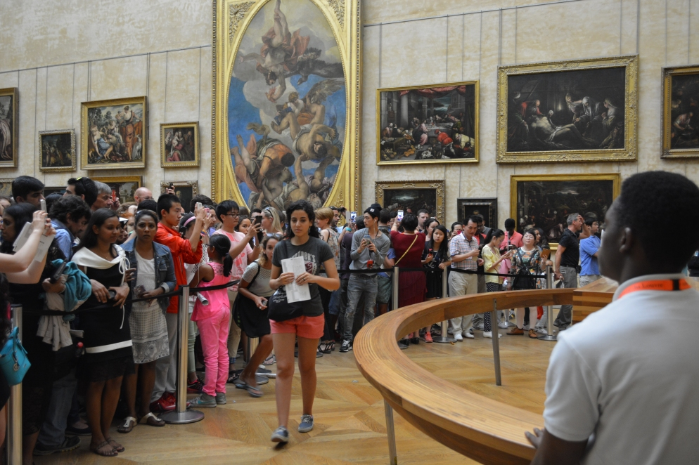 The arc of people crowding around the Mona Lisa.